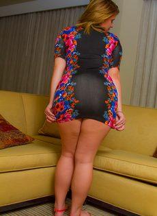 Татуированная толстушка с большими формами снимает с себя одежду - фото #4