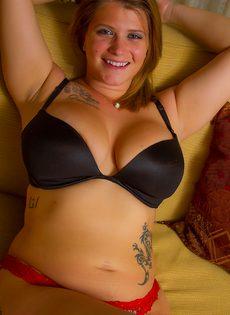 Татуированная толстушка с большими формами снимает с себя одежду - фото #12