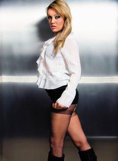 Качественный горловой минет и проникновение в очко блондинки - фото #1