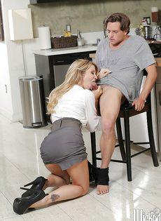 Эффектная женщина в юбке предложила молодому зятю потрахаться - фото #6