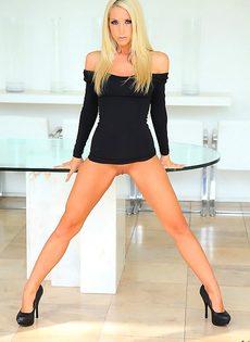 Сногсшибательная блондинистая сучка с шикарной фигуркой и телом - фото #8