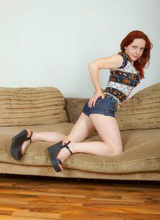 Сексуальная рыжеволосая чертовка с упругими грудями - фото #3