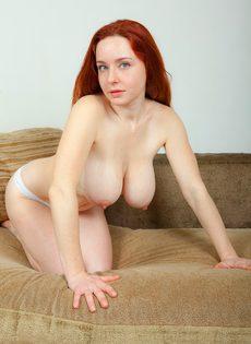 Сексуальная рыжеволосая чертовка с упругими грудями - фото #12