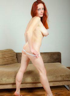 Сексуальная рыжеволосая чертовка с упругими грудями - фото #13