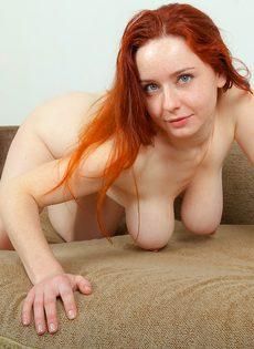 Сексуальная рыжеволосая чертовка с упругими грудями - фото #15
