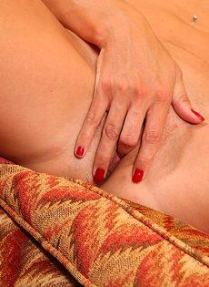 Взрослая женщина аккуратно засовывает пальчик в письку - фото #9