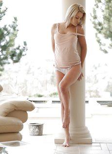 Сладострастная блондинка Sienna Day в красивом нижнем белье - фото #6