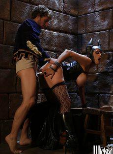 Молодой парень и сучка с большими сиськами занимаются сексом - фото #5