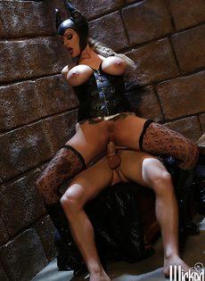 Молодой парень и сучка с большими сиськами занимаются сексом - фото #8