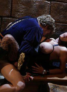 Молодой парень и сучка с большими сиськами занимаются сексом - фото #15