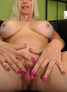 Светловолосая старушка с большой грудью показывает бритую пизду - фото #13