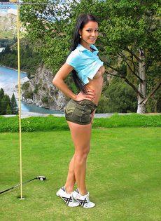 Сладострастная гольфистка позирует под открытым небом - фото #4