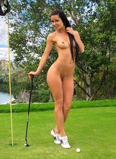 Сладострастная гольфистка позирует под открытым небом - фото #13