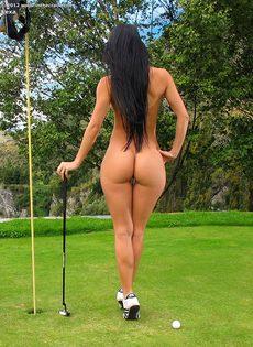 Сладострастная гольфистка позирует под открытым небом - фото #14