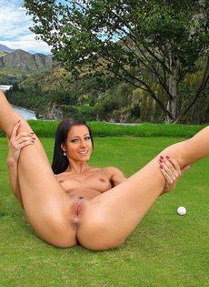 Сладострастная гольфистка позирует под открытым небом - фото #15