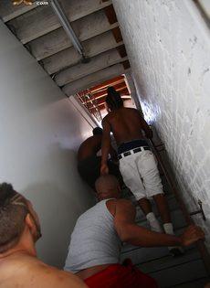 Темноволосая шалава без проблем удовлетворила нескольких мужчин - фото #3