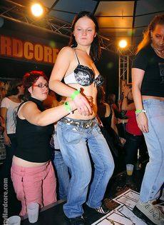 Откровенная порно вечеринка с молоденькими сучками в клубе - фото #13
