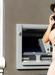 Латинская красотка демонстрирует выбритую киску за деньги - фото #2