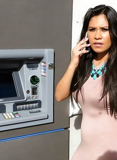 Латинская красотка демонстрирует выбритую киску за деньги - фото #4