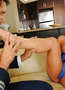 После вагинального совокупления кончает на ножки блондинки - фото #3