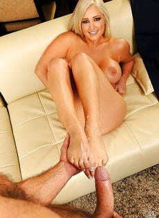 После вагинального совокупления кончает на ножки блондинки - фото #16