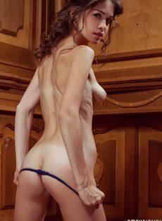 Миниатюрная модель показывает интимные зоны в разных ракурсах - фото #13