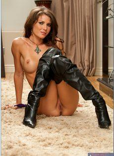 Девушка в кожаных сапогах позирует в разных позах - фото #10