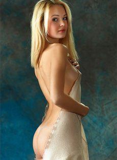 Начинающая модель со стройной фигуркой позирует голой - фото #4
