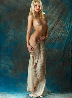 Начинающая модель со стройной фигуркой позирует голой - фото #5