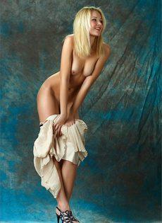 Начинающая модель со стройной фигуркой позирует голой - фото #7