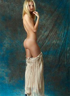 Начинающая модель со стройной фигуркой позирует голой - фото #9