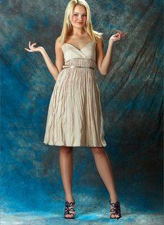 Начинающая модель со стройной фигуркой позирует голой - фото #11