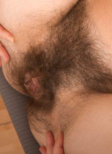 Брюнетка демонстрирует крупным планом очень волосатую пизду - фото #10