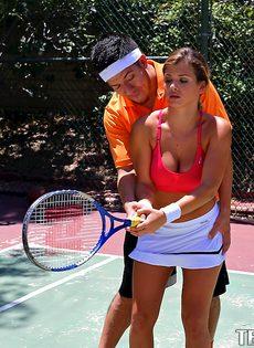 Keisha Grey делает минет знакомому парню на теннисном корте - фото #4