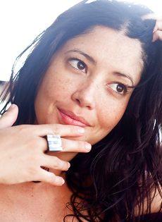 Брюнетка в положении решилась на эротическую фото сессию - фото #16