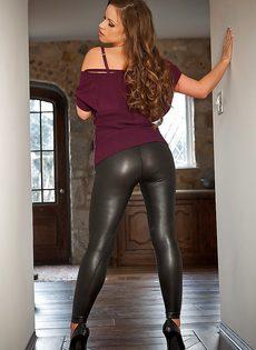 Красавица с большой грудью спускает обтягивающие штаны - фото #7