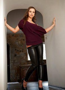 Красавица с большой грудью спускает обтягивающие штаны - фото #8