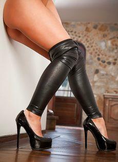 Красавица с большой грудью спускает обтягивающие штаны - фото #13