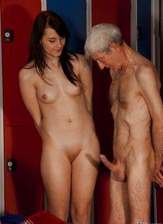 Брюнетистая худышка целуется со стариком, а потом делает ему минет - фото #3