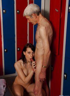 Брюнетистая худышка целуется со стариком, а потом делает ему минет - фото #14