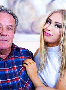 Сексуальная девушка предложила старому мужику вагинальную еблю - фото #1