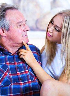 Сексуальная девушка предложила старому мужику вагинальную еблю - фото #2
