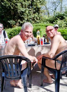 Старые мужики пустили по кругу худенькую молодую шлюшку - фото #3