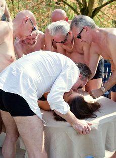 Старые мужики пустили по кругу худенькую молодую шлюшку - фото #6