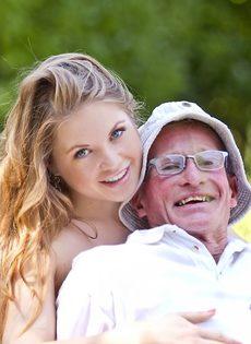 Старик пытается удовлетворить миловидную девушку на природе - фото #2