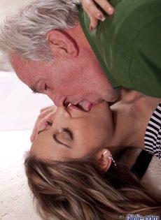 Молоденькая шлюшка развратничает со старым седым мужиком - фото #3