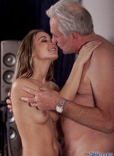 Молоденькая шлюшка развратничает со старым седым мужиком - фото #11