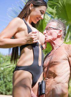 Старик в очках пробует на вкус бритую киску обворожительной девушки - фото #8