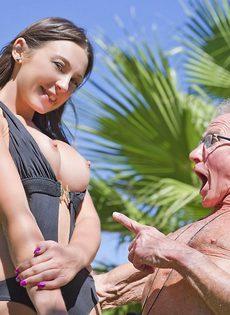 Старик в очках пробует на вкус бритую киску обворожительной девушки - фото #10