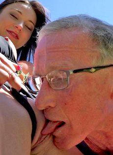 Старик в очках пробует на вкус бритую киску обворожительной девушки - фото #14